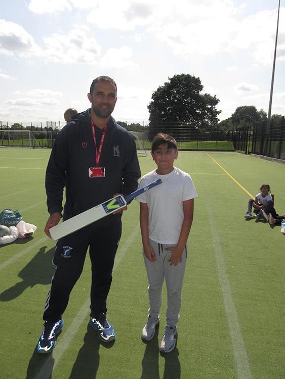 Former-England-cricketer-Kabir-Ali-presents-SFLI-student-with-award-Waverley-School-Birmingham-Aug-2018